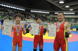 左から6連覇を達成したガレダギ敬一、荻野大河、金澤空大
